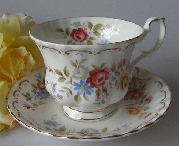 Royal Albert Jubilee Rose Kaffeetasse mit Untertasse