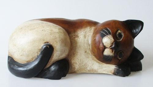 schöne Katze liegend aus Massivholz bemalt